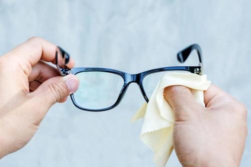 cách vệ sinh kính cận