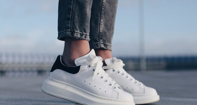 giày trắng đi với tất màu gì