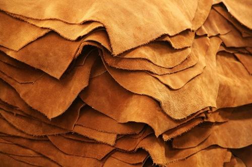 bán da thuộc hcm từ trước đến nay vẫn luôn được coi là loại vật liệu chế tạo các loại túi ví, dây lưng cao cấp và sang trọng nhất. Da thật có đặc tính mềm, dẻo dai và đặc biệt rất bền