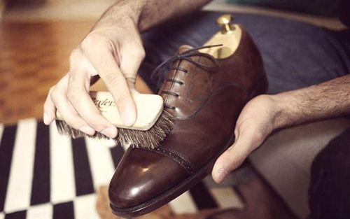 Cách chữa giày da bị tróc