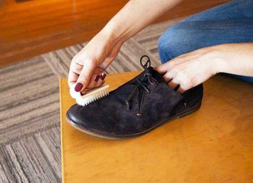 Cách làm sạch giầy da