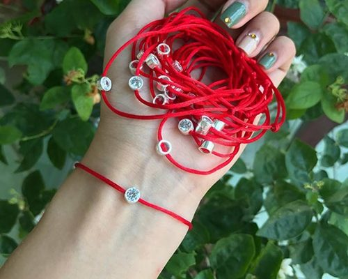 dây đeo tay màu đỏ may mắn