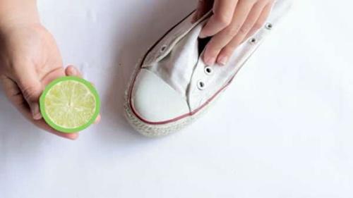 cách khử mùi hôi giày vải